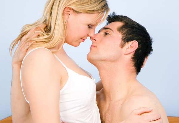 woman-man-kissing-in-bed
